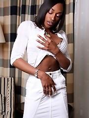 Ebony TS hottie masturbates!